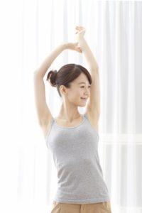 当院でのギックリ腰の急性症状の対処法は、収縮して硬く伸びなくなっている筋肉を弛緩させ、腰椎を始め骨盤にある関節の可動域を回復する様々なテクニックを用います。特に、仙腸関節や股関節へのアプローチが重要になります。 また、傷ついて炎症を起こしている腰部の筋肉は、直接アプローチすることなく、他の部位を用いて遠隔的に患部を弛緩させていく方法を取る場合もあります。 いずれにしましても、初回の施術で少しでも楽になると思われますが、いくら普通に歩けるようになったり、かがんだり動けるようになっても、決して完治した訳ではないと言う事を、肝に銘じておいてください。 つまり、急性期の施術は、あくまでも痛みを少しでも早く楽にしてあげるテクニックです。 やっと痛くなくなった腰部の筋肉に、再び負担が来ないように、しっかりと身体のバランスをとってゆく事がとても重要です。