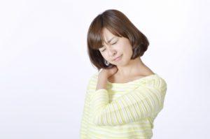 肩こりで当院にご来院される方々の人数は、腰痛に並ぶ程大変多く、いえ、一番多いのかもしれません。 昔と違い、どのような職種でもパソコンを使い、そうでない時はスマホとにらめっこ。 これでは、肩こりの方がどんどん増えてしまいます。 もっとも、腰の不具合が肩こりの原因になっていることも多く、肩こりのひどい人は、他の部分も色々と問題があります。